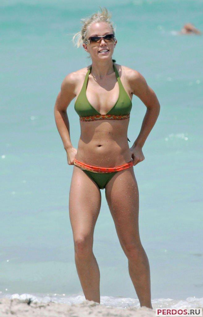 ... девушки в купальниках на пляже (59 фото